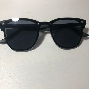 Accessories - Black sunglasses